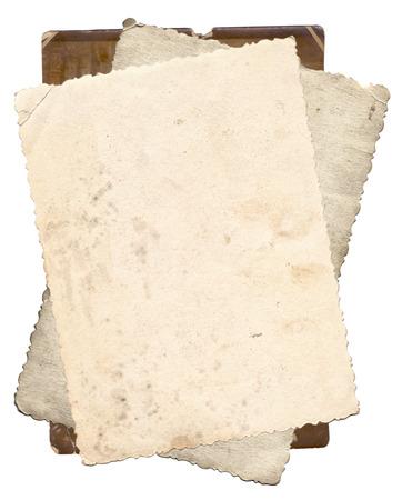 papel de notas: Manojo de fotos antiguas con manchas y ara�azos fondo aislado Foto de archivo