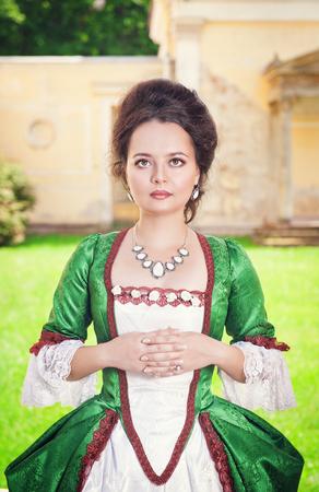 medieval dress: Joven y bella mujer en vestido medieval verde al aire libre Foto de archivo