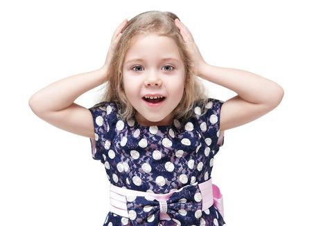 ni�os rubios: Ni�a hermosa con el pelo rubio sorprendido aisladas sobre fondo blanco