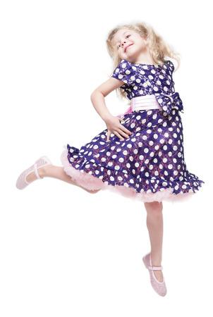 petite fille avec robe: Belle petite fille saut isolé sur fond blanc Banque d'images