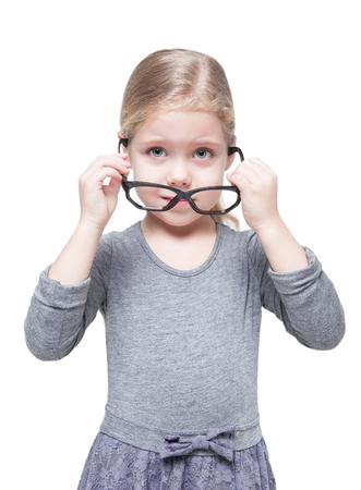 ragazze bionde: Bella bambina in bicchieri isolato su sfondo bianco Archivio Fotografico