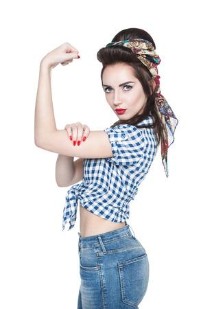 Jonge mooie vrouw in retro pinup stijl met krachtige gebaar We Can Do IT geïsoleerd
