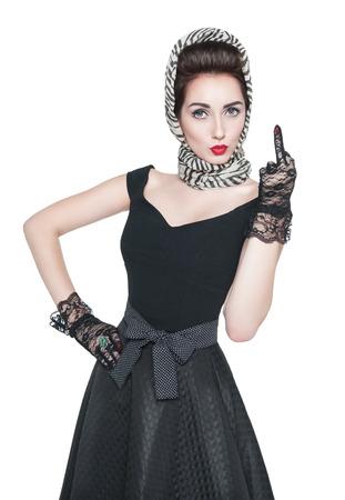 american sexy: Красивая женщина в ретро-стиле Pin-Up показывает средний палец, изолированных на белом