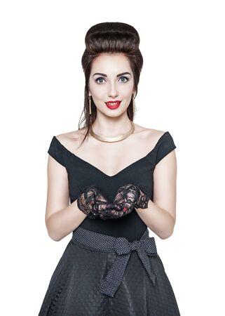 femme brune sexy: Belle femme au style r�tro pin-up tenant quelque chose sur ses mains isol�s