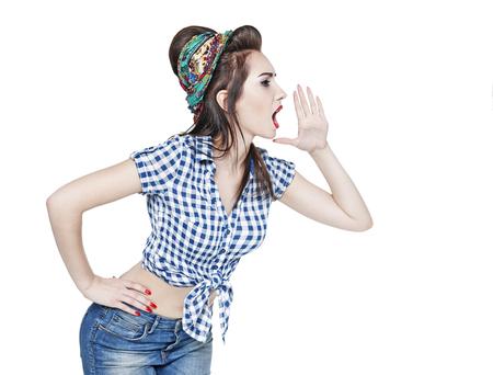 pin up vintage: Giovane bella donna in retro pin up stile gridando con la mano isolata