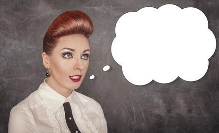 comunicacion oral: Mujer hermosa que habla algo en el fondo de la pizarra Foto de archivo