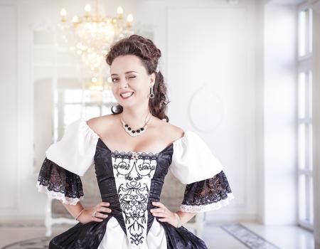 vestido medieval: Joven y bella mujer en blanco y negro y largo vestido medieval gui�o Foto de archivo