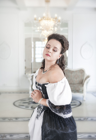 vestido medieval: Joven y bella mujer en traje medieval largo blanco y negro