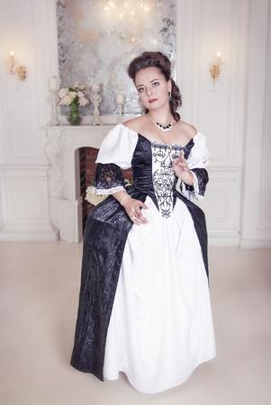 medieval dress: Joven y bella mujer en traje medieval largo blanco y negro