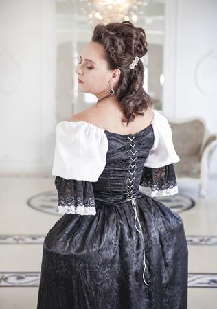 vestido medieval: Mujer medieval hermosa en negro y vestido blanco, a su vez Foto de archivo