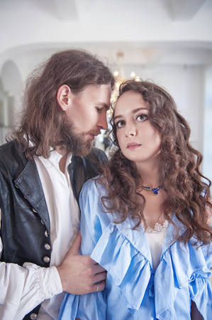 pareja apasionada: Mujer hermosa pareja apasionada y el hombre en ropa medieval en la sala de Foto de archivo