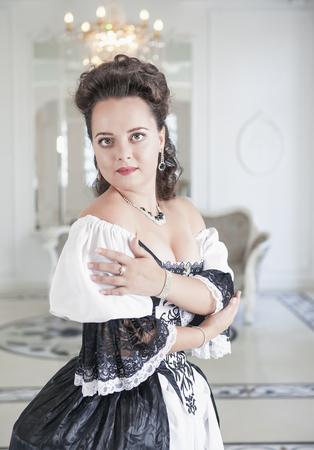 persone nere: Giovane e bella donna in abito lungo medievale in bianco e nero
