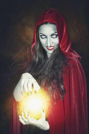 black girl: Schreckliche Halloween-Hexe mit Feuerball in den H�nden