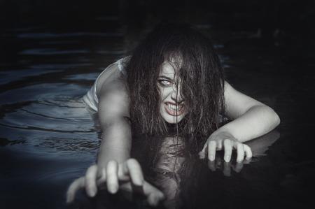 屋外の水の若い美しい水死幽霊女 写真素材
