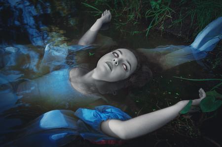 mujer fea: Terrible mujer fantasma muerto tendido en el agua
