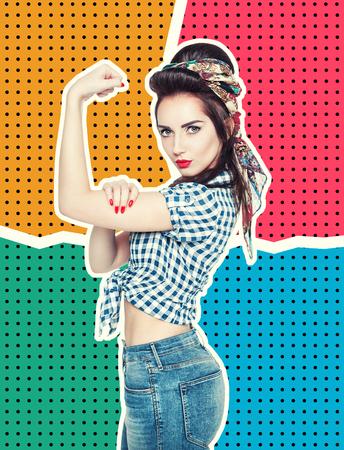 Vrouw in retro pin-up stijl met krachtige gebaar We Can Do It op halftone achtergrond
