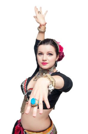 jolie fille: Belle ventre exotique danseuse tribale femme isol�. Focus sur la main