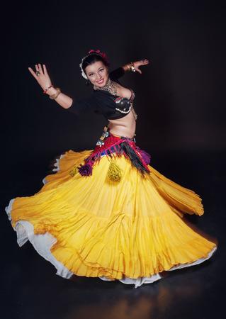 femme brune sexy: Belle ventre exotique tribale femme danseur sur fond noir