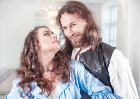 pareja apasionada: Mujer hermosa pareja apasionada y el hombre en ropa medieval Foto de archivo