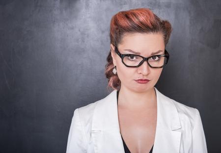 cabeza femenina: mujer llorando triste en el fondo de la pizarra pizarra