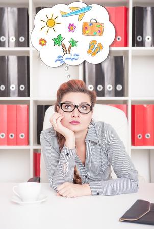 soñando: Mujer de negocios aburrida soñar con vacaciones en el cargo. el exceso de concepto