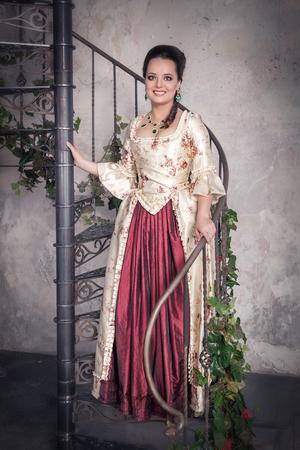 vestido medieval: Mujer hermosa en traje medieval histórico de edad en la escalera