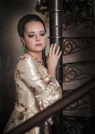 vestido medieval: Mujer hermosa en traje medieval histórico de edad