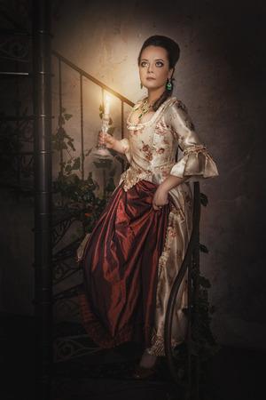 vestido medieval: Hermosa mujer en vestido medieval histórica vieja con la vela