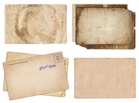 Ensemble de divers vieux papiers et cartes postales avec texture de rayures et de taches isolées sur blanc
