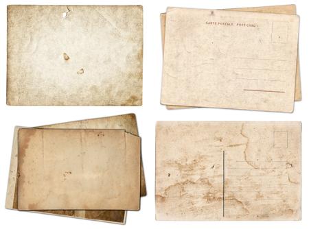 Conjunto de varios papeles viejos y postales con textura de arañazos y manchas aislado en blanco