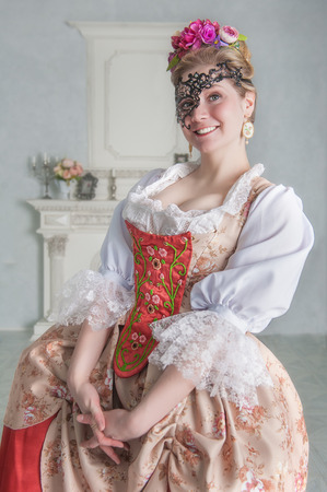 Beautiful smiling woman in old-fashioned historic medieval dress with mask Zdjęcie Seryjne - 122762605