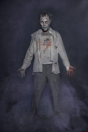 Horror schrecklicher unheimlicher Zombiemann. Halloween-Szene