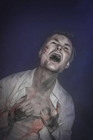 Horror schrecklicher unheimlicher Zombiemann, der schreit. Halloween-Szene