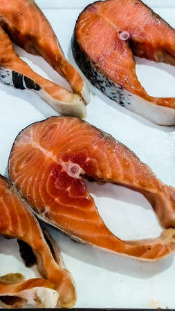tilapiini: Fresh fish on ice tank at local market