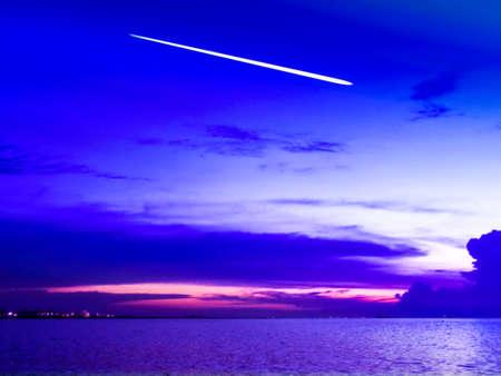 Korte staartmeteor valt in koude lucht over de zee