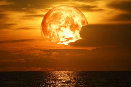 super neige sang lune de retour sur le nuage de silhouette de ciel nocturne