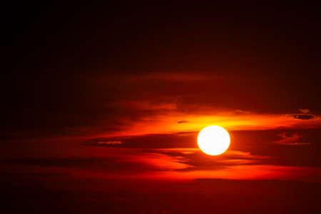 sunset on sea and ocean last light red and orange sky silhouette cloud 版權商用圖片
