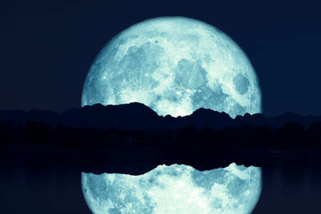 reflection of super sturgeon moon on river night red sky back silhouette mountain Banque d'images