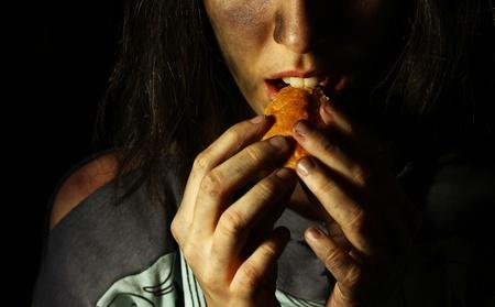 dirty girl: Povera ragazza sporca mangiare un pezzo di pane