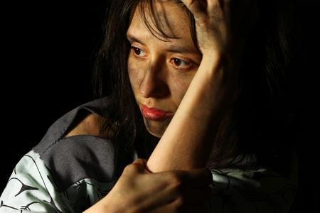 dirty girl: Povera ragazza sporca fissando distanza Archivio Fotografico