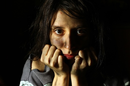 dirty girl: Povera ragazza sporca, guardando la telecamera