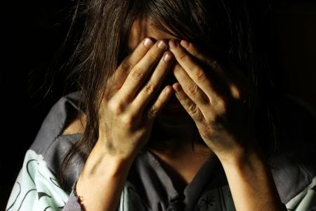 vagabundos: Pobre chica sucia llorando con las manos en la cara