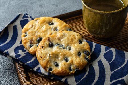 Senbei is a type of Japanese rice cracker, often served with green tea. Reklamní fotografie