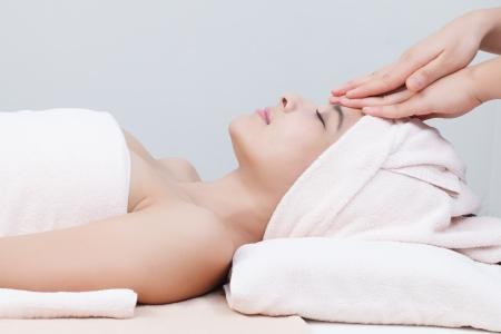 ansikts: vacker asiatisk tjej i spa på spa sängen