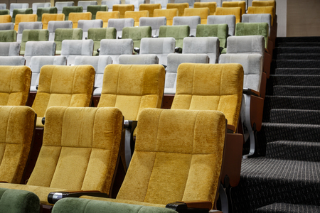 vago: vacant theater chairs in hall Imagens