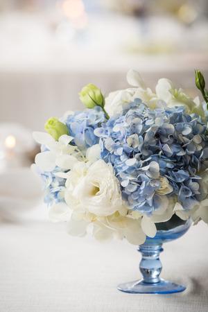 witte en blauwe bloem in blauwe vaas Stockfoto
