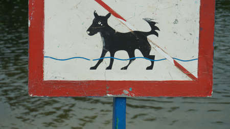a sign an animal is forbidden to bathe. Banque d'images