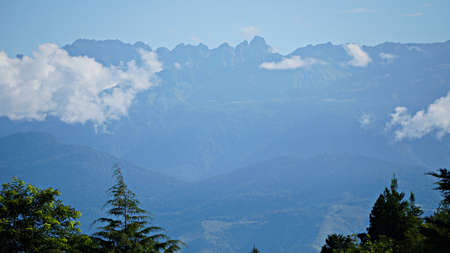 Mountain peak range landscape. Green mountain range view. Mountain peak blue sky white clouds panorama Banque d'images