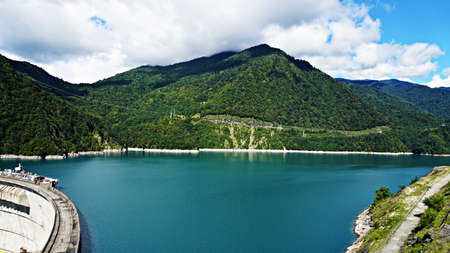 beautiful blue lake on a dam, a hydroelectric power station. Banque d'images
