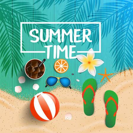 Fondo del tiempo de verano. Vista superior de conchas marinas, gafas de sol, cóctel fresco, chancletas, pelota de playa, flores y arena de mar en la textura de madera. Ilustración del vector.